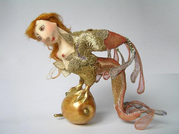 Птица сидящая на яблоке  авторская кукла