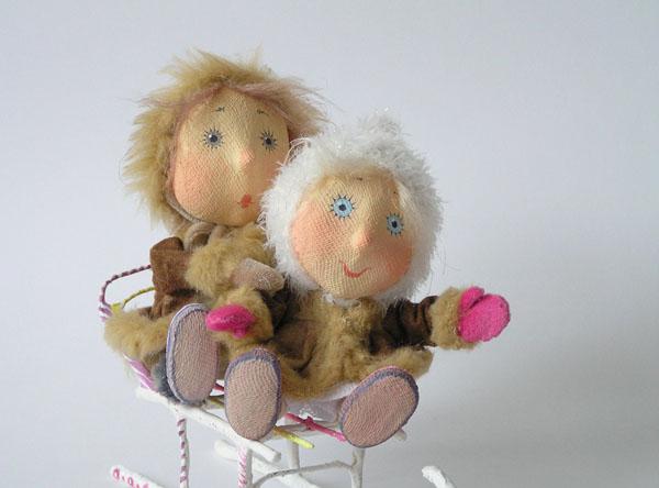 Авторская кукла малыши на санках папье-маше текстиль